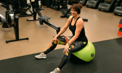 Ćwiczenia z piłką gimnastyczną na brzuch dla początkujących
