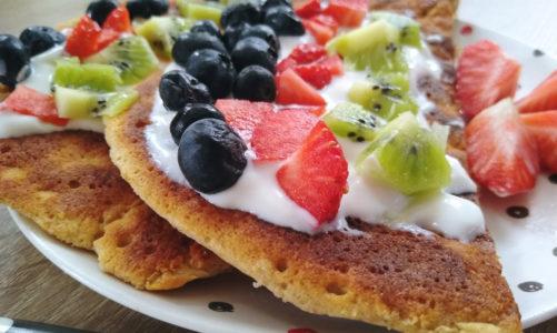 Omlet gryczany z owocami