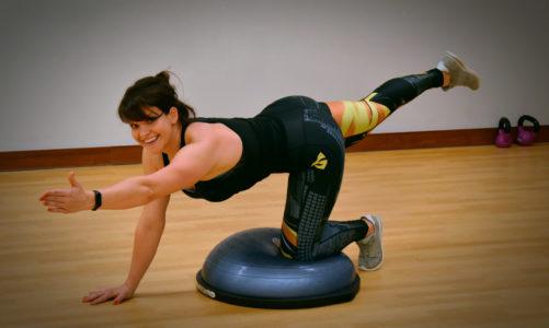 Efekt push-up bez skalpela – 6 ćwiczeń na pośladki i nogi z platformą bosu