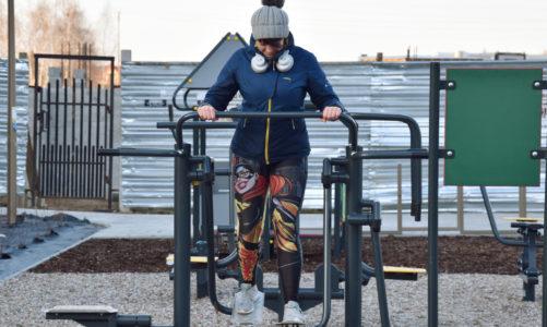 Jak ćwiczyć pośladki na siłowni pod chmurką? Zestaw 5 ćwiczeń